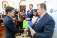 Marszałek Jakub Chełstowski wręcza stypendia laureatom poprzedniej edycji konkursu