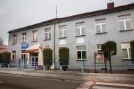 Front budynku szkoły z widoczną tablicą promocyjną - fot. Marcin Liberski
