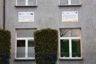 Tablice promocyjne na elewacji szkoły - fot. Marcin Liberski
